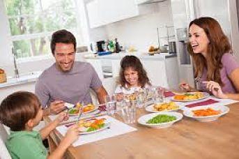 Dinêr en famille à la maison